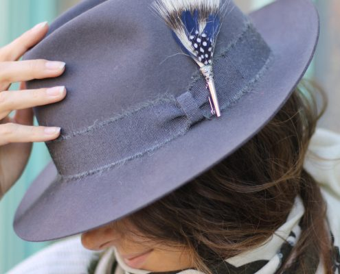 Détail chapeau feutre TriBe Ca et broche plume