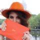 Charlene porte un chapeau orange Brach