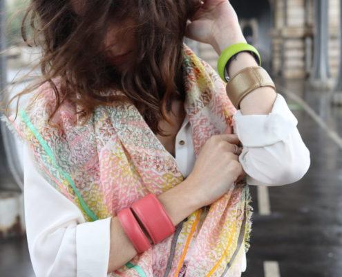 Jouer avec les couleurs et associer des manchettes TIPTHARA avec un foulard..