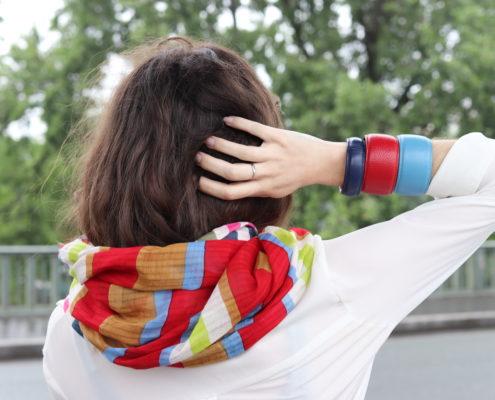 Charlene porte une écharpe EPICE qu'elle a assortie de manchettes en cuir TIPTHARA